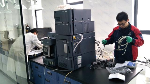 黄石医院搬迁设备公司员工对调试技术进行交流